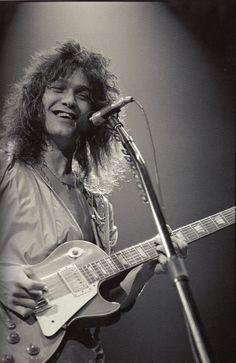 Eddie Van Halen com uma Les Paul. Cena rara.