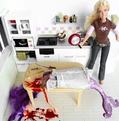 Artist Mariel Clayton poses Barbie in a wonderful series or photos resembling a Dexter meets Desperate Housewives crossover. She has several other Barbie shoots, including a NSFW(?) examination of Barbie and modern sexuality. Bad Barbie, Barbie And Ken, Barbie Dream, Dexter, Barbie In Real Life, Sociopath, Barbie World, Barbie Friends, Serial Killers