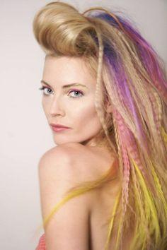 coiffure des années 80 - frange crêpée en arrière, mèches gaufrées multicolores