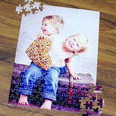 Nincs is annál jobb, mikor egy születésnap vagy névnap alkalmából összejön a család. Ilyenkor a legjobb időtöltés lehet a közös játék. Ajándékozzon egyedi képpel ellátott puzzle-t, melyet akár azonnal közösen ki is próbálhatnak. A fényképes puzzle anyaga karton, mérete 40x29 cm és 192db-os.3 év alatti gyerekeknek nem ajánlott! Puzzle, Polaroid Film, Cover, Books, Paper Board, Puzzles, Libros, Book, Book Illustrations