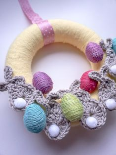 An easy tutorial on how to make an Easter wreath with crocheted application in the shape of Easter bunnies. Egg Wrap, Plastic Eggs, Baby Yellow, Jute Twine, Crochet Bunny, Easter Wreaths, Easter Bunny, Crochet Hooks, Dyi