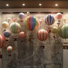 Awesome hot air balloon window display - Wine in baskets Spring Window Display, Store Window Displays, Air Balloon, Balloons, Balloon Ideas, Anthropologie Display, Decoration Vitrine, Balloon Display, Retail Windows