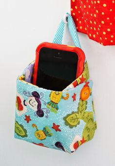11095f430a99 Free pattern - This little hanging basket is perfect for storing your cell  phone