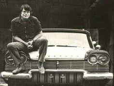 Stephen King posa junto a su Plymouth Fury del 58.