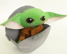 """10 presentes criativos para bebês Yoda que homenageiam """"The Child"""" de Star Wars Star Wars Baby, Star Wars Toys, Stuffed Animals, Stuffed Toy, Star Wars Crafts, Diy Bebe, Needle Felted, Felt Baby, Disney Crafts"""