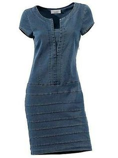 Refashion one of those denim dresses I have with horizontal stripes in various washes using old jeans. Sewing Clothes, Diy Clothes, Diy Vetement, Denim Ideas, Mode Jeans, Recycle Jeans, Recycled Denim, Jeans Dress, Denim Dresses