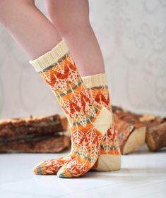 Wow check out this trendy photo - what a creative conception Loom Knitting, Knitting Socks, Hand Knitting, Knit Basket, Yarn Stash, Wool Socks, Knitting Accessories, Sock Shoes, Knitting Projects