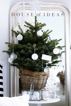 Small Christmas tree with basic decorations - HOUSE of IDEAS #Christmas #white