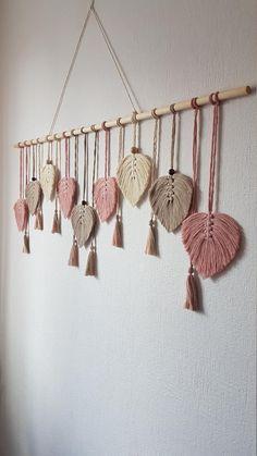Macrame Wall Hanging Diy, Wall Hanging Crafts, Macrame Plant Hangers, Macrame Art, Macrame Projects, Towel Crafts, Macrame Design, Macrame Patterns, Baby Kind