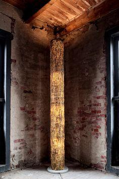 BOOMLAMP - Kunst en licht worden één in de Delville Wood-Boomlampen. Fraaie objecten die warmte en sfeer uitstralen. Symboliek en aantrekkelijk design gaan in deze ontwerpen hand in hand. Elke Boomlamp is met de hand vervaardigd en daardoor uniek.  De Boomlampen zijn te verkrijgen in verschillende kleuren (zie product variaties hieronder) met een standaard hoogte van 2 meter.