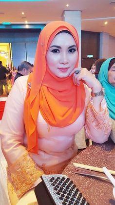 Hijab Niqab, Hijab Chic, Beautiful Muslim Women, Beautiful Hijab, Kebaya Muslim, Plain Tops, Girl Hijab, Hijab Dress, Muslim Girls