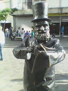 Escultura de Reveron en Sabana Grande Caracas