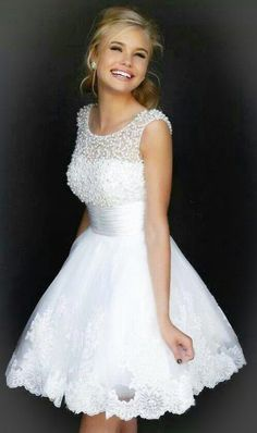 Vestido blanco, corto, con encaje