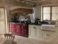 Over the years, many people have found a traditional country kitchen design is just what they desire so they feel more at home in their kitchen. Aga Kitchen, Cosy Kitchen, Kitchen Units, Rustic Kitchen, Kitchen Decor, Country Modern Home, Country Kitchen Designs, Country Style Homes, Cottage Kitchens