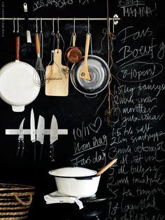 parede quadro negro utensilios pendurados