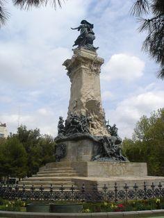 Situada en el centro de Zaragoza, muy cerca del Paseo de la Independencia, la Plaza de los Sitios es uno de los entornos más bellos de la ciudad.