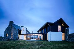Built among the relics on the Hebridean Isle of Coll, the Ruins House transforms Scotland's historic 'The White House' into a modern abode. The original 18th century limestone exterior reamins untouched, weathered by centuries of the Scottish elements. The new...