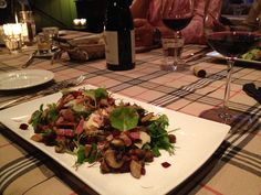 "Gerecht: ""Ouderwets lekker"".  Groene salade met gebakken paddenstoelen, rodebiet, uitgebakken spekjes, kapucijners en geraspte oude kaas. http://www.debonvivant.nl/menu/menukaart"