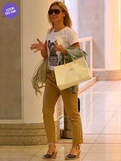 Carolina Dieckmann embarca no aeroporto Santos Dumont vestindo calça caqui, espadrille bicolor e óculos escuros. Pants Outfit, Casual, Ideias Fashion, Espadrilles, Celebrity Style, Khaki Pants, Jumpsuit, Street Style, Celebrities