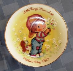 "Platito de Avon por el Día de la Madre 1982 'Little things mean a lot' ('Las pequeñas cosas significan mucho') / Vtg. Avon collector's plate Mother's Day 1982 'Little things mean a lot' - Decorative Avon collector's mini plate 5⅛"" child wish Little things for the Mother's Day 1982."