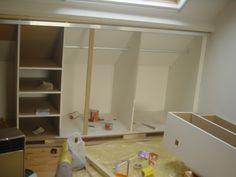 Ik ben nu volop aan de zolder begonnen en er moet nog een houten raamwerk komen om parador panelen tegen te plaatsen. Het plafond bestaat uit een horizontaal gedeelte (+-3meter) en 2 schuine kanten (+-3meter elk) onder +-40° Ik wil echter al direkt rekening houden dat in de tippen kasten met schuifdeur moeten komen. Maak ik beter direkt een houten geraamte voor de kasten - en hoe ziet zoiets eruit? of bestaan er kant en klare kasten die ik in de tippen schuif en vastmaak op de grond oid...?…