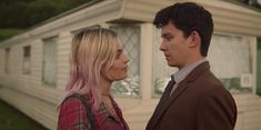 Emma Mackey as Maeve & Asa Butterfield as Otis in season episode of Sex Education. Gillian Anderson, Stirling, Series Movies, Tv Series, Amor Romance, Asa Butterfield, Education Information, Teen Tv, Draw On Photos