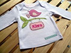 Hier habe ich ein süßes Shirt für euch mit liebevoll applizierten Motiven genäht. Der Name baumelt hier von einem Ast herunter. Ein ganz persönl...