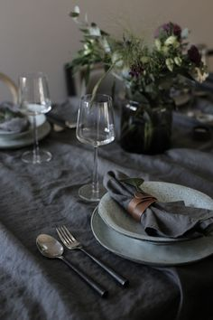 A moody, atmospheric Nordic Christmas table setting with ruffled dark grey linen tablecloth and napkins tied with brown leather Deco Table Noel, Christmas Table Settings, Nordic Christmas, Decoration Table, Dinner Table, Tablescapes, Dinnerware, Kitchen Dining, Sweet Home