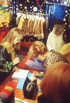 "heroinsight: ""Jenny Boyd at work in the Beatles' Apple Boutique, UK, 1967 "" Vintage Hippie, Retro Vintage, Retro Fashion, Vintage Fashion, Sixties Fashion, Psychedelic Fashion, Psychedelic Art, Swinging London, Age Of Aquarius"
