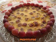 Una tarta con la fruta estrella del otoño... las uvas!!!!!!!!! INGREDIENTES 500 gr. de Uvas negras 3 huevos 50 gr. de Azúcar 80 gr. de Harina 250 gr. de leche 100 gr. de Nata líquida Mantequilla Az...