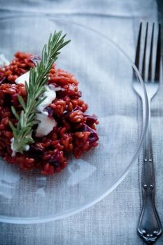 World& best beetroot risotto - not just a color hit! - Even if I lean far out of the window – this beetroot risotto is the best in the world for me. Couscous, Le Diner, Veggie Dishes, Food Items, Gnocchi, Vegetarian Recipes, Feta, Veggies, Food And Drink