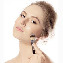 Prepara tu piel para el maquillaje con un primer o una base.  http://fedco.uberflip.com/i/535296-catalogo-julio