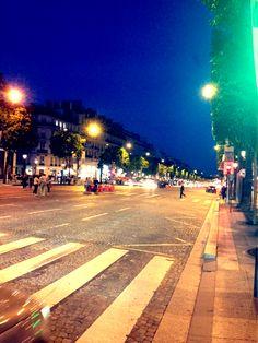Que tal uma voltinha na Champs-Élysées? Vem?!!...quase 23h...o dia acaba tarde por aqui...uhuuuu!