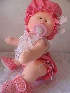 Muñeca de tela, bebe niña sentada con patrones