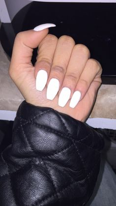 20 Elegant White Acrylic Nails Coffin With Glitter Acrylic Nails Coffin Matte, Acrylic Nails Kylie Jenner, White Coffin Nails, Coffin Shape Nails, White Nails, Acrylic Nails For Summer Coffin, Nails Shape, Shellac Gel, Hair And Nails