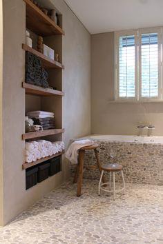 Praxis | Maak slim gebruik van je ruimte door een kast in de muur van je badkamer. Wil je je eigen badkamer ontwerpen? Dat kan hier: http://bit.ly/20sE4z8 #Praxis #Voordemakers #Badkamer