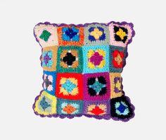 Descansar sobre un tejido de crochet multicolor…