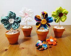 Flores de tela en macetas de barro