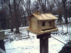 Log Cabin bird feeder Free Logs, Bird Feeder Plans, Bird Feeders, Cabin, Birds, How To Plan, Outdoor Decor, House, Garden