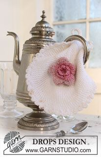 """DROPS Extra 0-680 - DROPS pot holder with flower in """" Safran"""". - Free pattern by DROPS Design"""