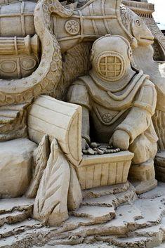 Detalhe intricado nesta escultura de areia,mergulhador com tema único, como visto em Cabo Canaveral, Flórida. # castelo de areia