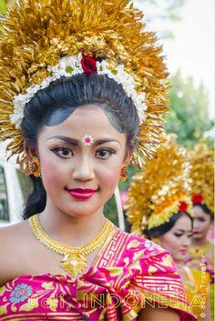 Apsara Watching : Hindu Temple Festival Parade in Bali Indonesia