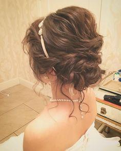 シニヨンのお団子の下からおくれ毛を出すアレンジ方法|結婚式髪型 | marry[マリー]