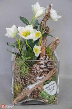 In a glass set winter / Christmas decoration, with a mix of natural material and silk flowers. Due to this combination, the arrangement looks very real and is several years . Christmas Feeling, Winter Christmas, Christmas Wreaths, Christmas Decorations, Winter Bouquet, Winter Flowers, Small Balcony Decor, Woodland Flowers, Nature Table