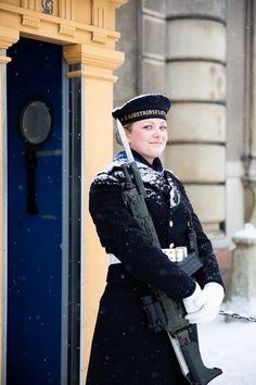 Swedish sailor of the Naval Warfare Flotilla sjöstridsflottiljen) stands guard the Royal Palace in Stockholm Swedish Navy, Swedish Women, Royal Navy Uniform, Army Uniform, Swedish Armed Forces, Captain Cap, Navy Uniforms, Military Uniforms, Idf Women
