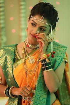 Pinterest : @kj8774 Indian Wedding Poses, Bridal Hairstyle Indian Wedding, Indian Bridal Photos, Indian Bridal Hairstyles, Indian Bridal Outfits, Indian Weddings, Indian Wedding Photography Poses, Wedding Couple Poses Photography, Mehendi Photography