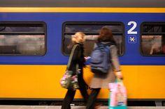 Er is een nieuw plan bedacht om de drukte in treinen te verminderen. Door reizigerste rangschikken op opleidingsniveau, wordt de capaciteit van de coupés beter benut. Bovendien wordt de treinreis voor hogeropgeleiden veel aangenamer. Treinen kampen er al jaren mee tijdens spitsuren: overvolle 2e klas-coupés, terwijl de 1e klas zo goed als leeg is. Toch mogen gewone reizigers niet zomaar [...]