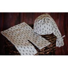 Set de pantalón y gorrito 100% algodón perfecto para las primeras fotos del bebé. Fondo color blanco roco y pequeño estampado en color verde oscuro. Muy versátil. Gorro estilo elfo. Lavar a mano y secar en posición plana.