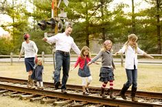 Funny pose on train tracks Large Family Poses, Family Picture Poses, Family Photo Sessions, Family Posing, Family Portraits, Picture Ideas, Photo Ideas, Mini Sessions, Cute Family Pictures