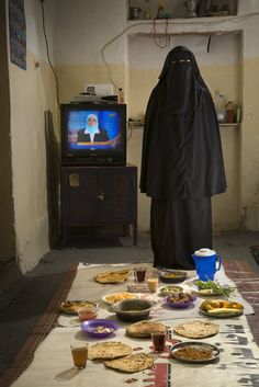 People Around the World Pose With Everything They Eat in a Day Saada Haidar, a housewife, with her typical day's worth of food at her home in the city of Sanaa, Yemen. The caloric value of her day's worth of food in the month of April was 2700 kcals. Yemen Women, People Around The World, Around The Worlds, Les Religions, People Eating, What The World, Niqab, People Photography, Muslim Women